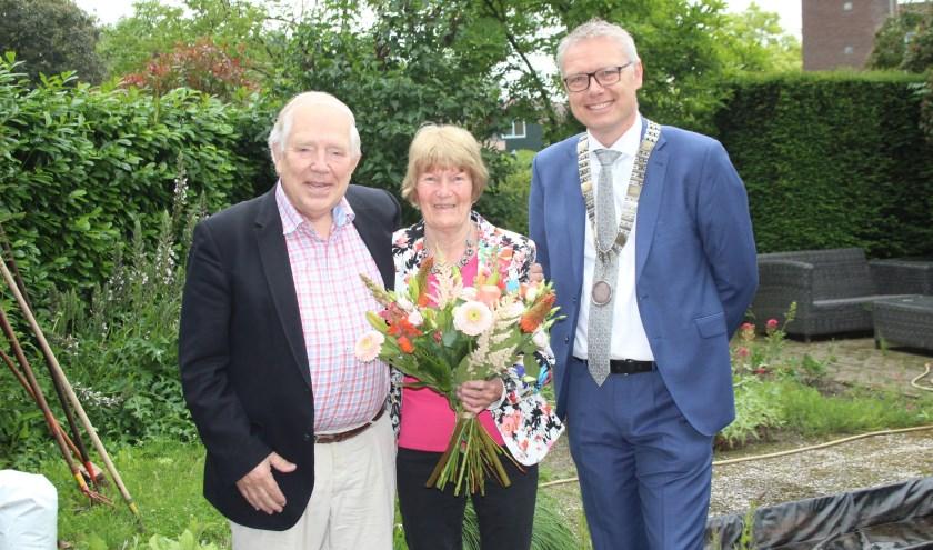 Loco-burgemeester Bekker bracht het gouden bruidspaar Arthur en Tineke Huygens een gezellig en vooral heel onverwacht felicitatiebezoek. Net voordat ze uit lunchen zouden gaan. (Foto: Lysette Verwegen)