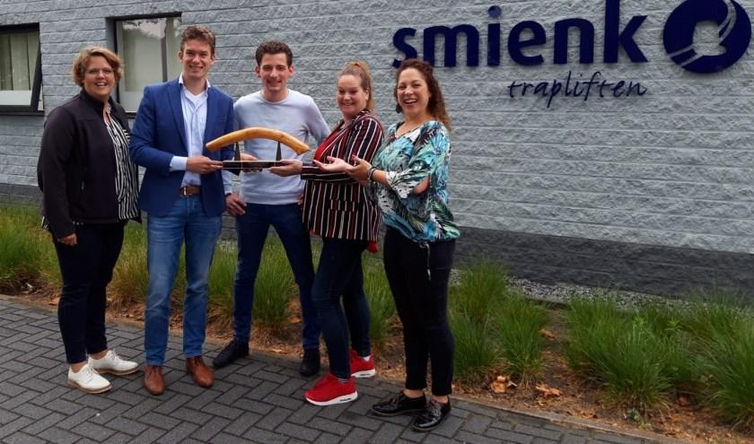 Marleen (Present), Erik en Clemens (Smienk) en twee leden van Stichting Verborgen Armoede (vorige Bruggenbouwers). (Foto: Jako van Veen)