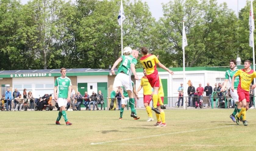 Aan het BSC-toernooi doen 16 teams. Op de foto een moment uit de competitiewedstrijd SV Nieuwdorp - Arnemuiden die in mei jl werd gespeeld. FOTO: RENÉ VAN VLIET