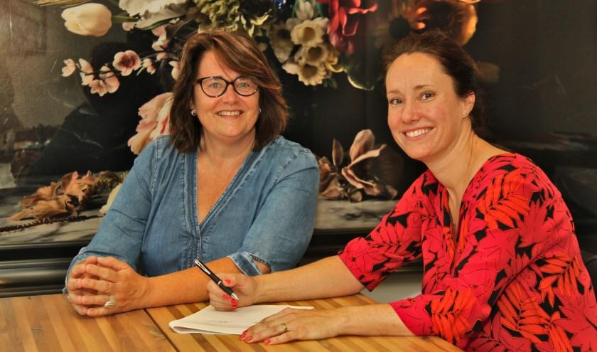 Ondertekening van de nieuwe statuten op 5 juli 2019 door voorzitter Jacqueline Neggers en secretaris Daniëlle van Lisdonk. FOTO: Richard de Leeuw.