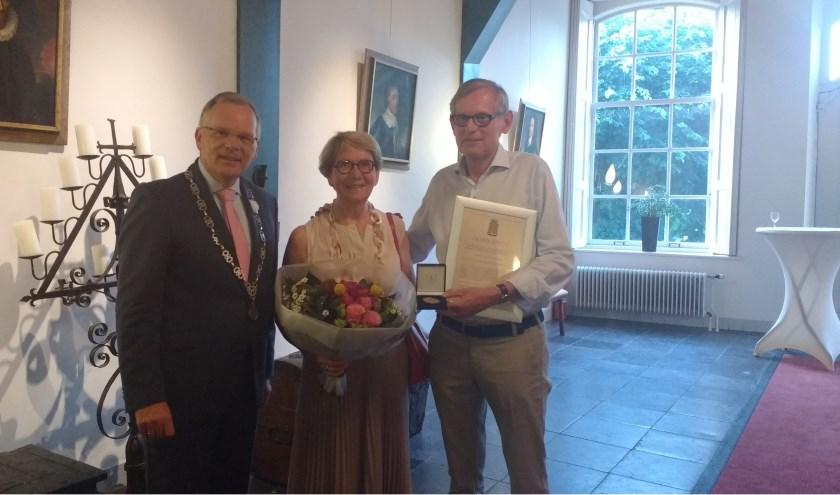 Burgemeester Jan Luteijn met Greet en Jan Mutsaers met de penning van verdienste.