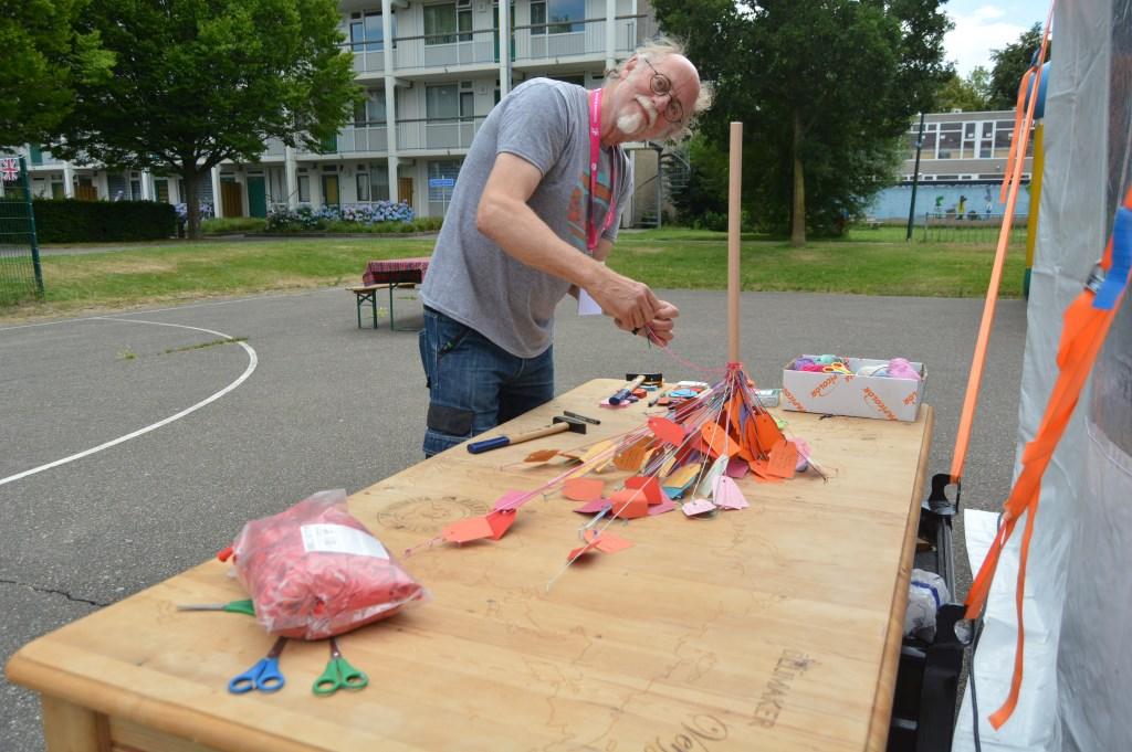 Ook kunstenaar Biek van Galen is actief op de wereldtafel.  © DPG Media
