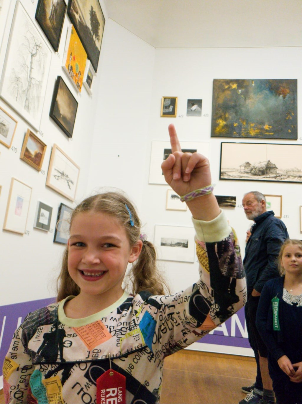 Liselot bij haar schilderij in het museum Foto: David Stoeckel  © DPG Media