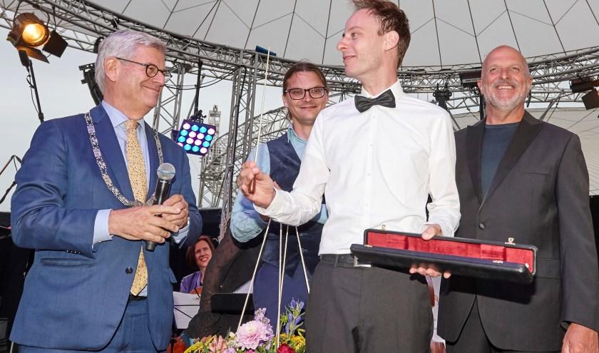 Emile Chappin wint de eerste Zoetermeerse maestro en ontvangt de gouden batton. Foto: Ardito/Jan-Evert Zondag