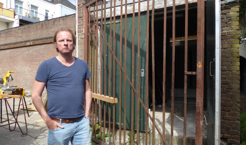 Fokke de Jong maakt zich grote zorgen over de verkamering van een Loods aan de Emmastraat in het Spijkerkwartier.
