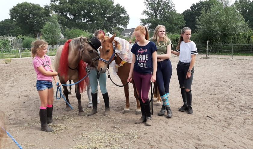 Wageningen mag zich de eerste gemeente in Nederland noemen waar een huwelijk tussen twee paarden is gesloten. De kinderen waren allemaal betrokken bij de bruiloft.