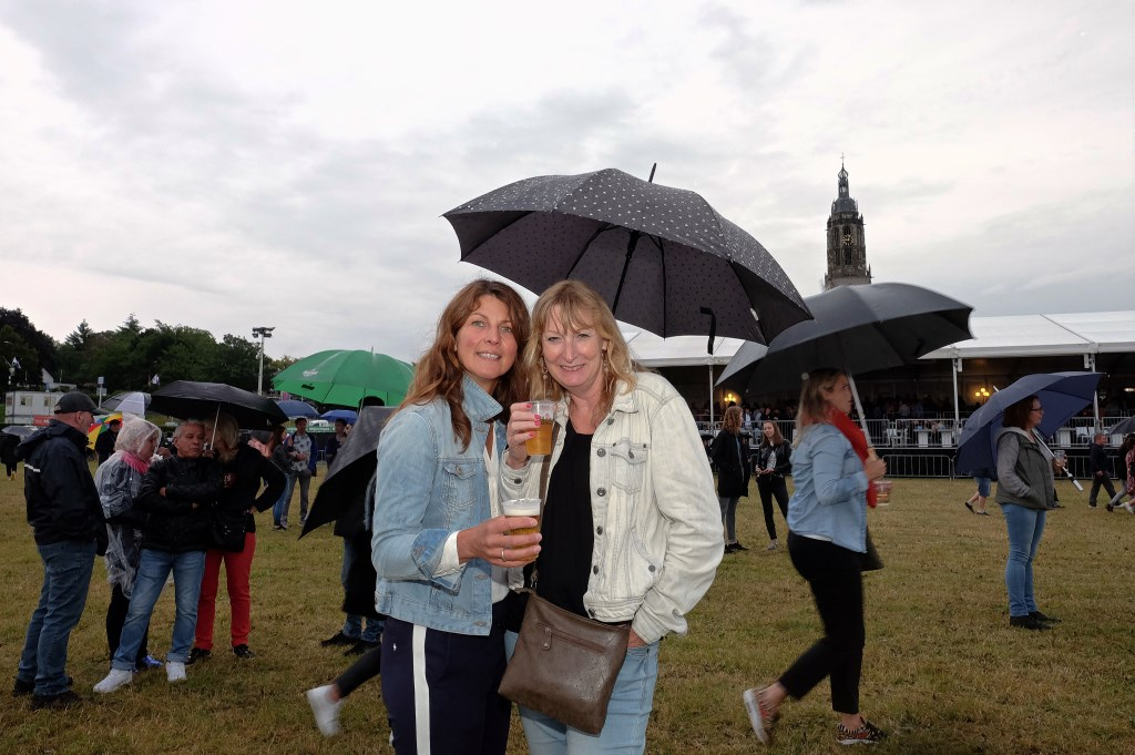Ondanks de regen laten Margrietha en Marina uit Rhenen zich het biertje goed smaken.(Foto: Max Timons)   © DPG Media