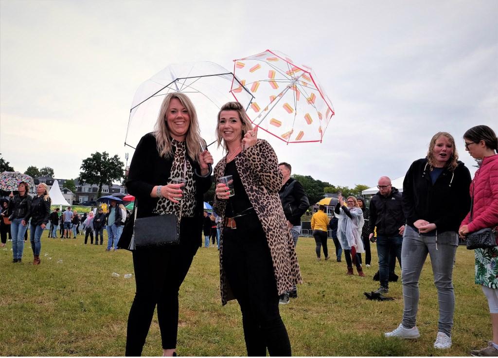 Deze vrouwen uit Rhenen laten zich niet uit het veld slaan door wat regen. (Foto: Max Timons)   © DPG Media