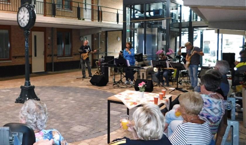 Er was flink wat volk aanwezig in seniorencomplex de Spinhof, tijdens een muzikale burendag, die muzikaal werd omlijst door de band 'Looking Sharp'. (foto: Arie Pieters)