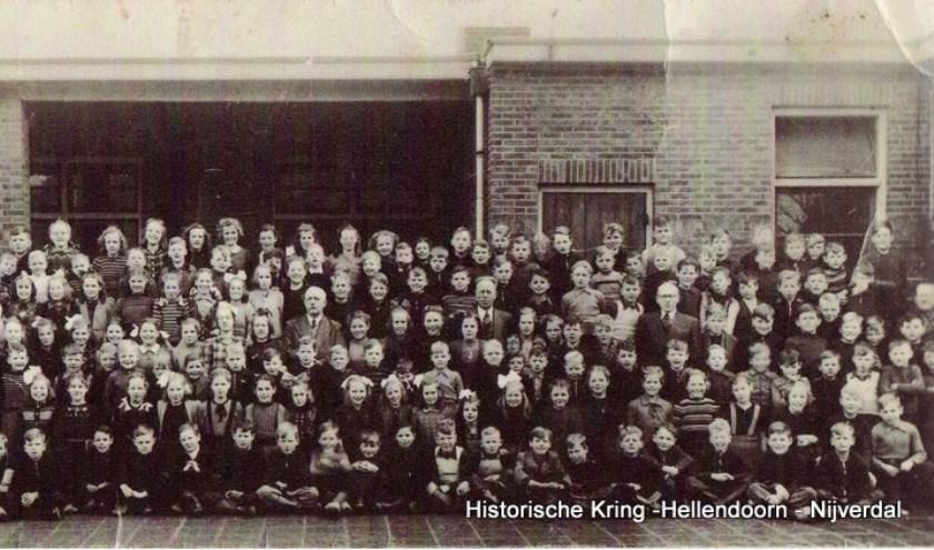 Leerlingen van de Antoniusschool uit de tijd dat de jongens en meisjes nog gezamenlijk op school zaten.