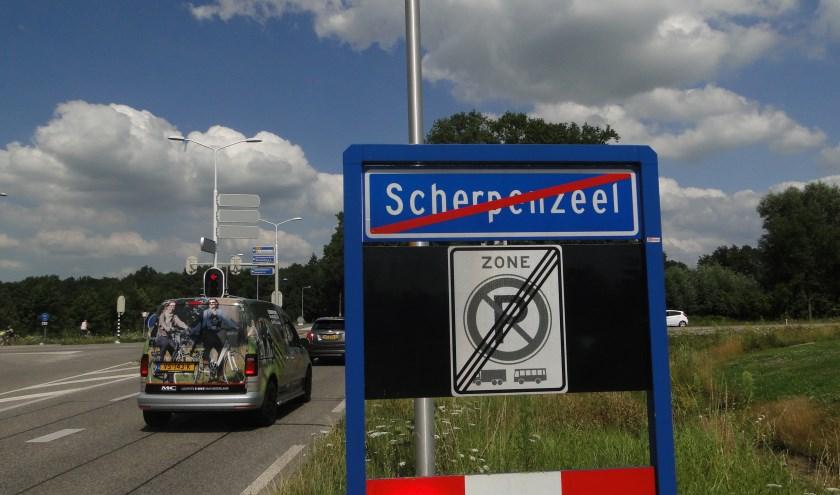 Het bord met de plaatsnaam Scherpenzeel. Wordt er binnenkort een streep gehaald door het zelfstandig bestaan van deze gemeente?