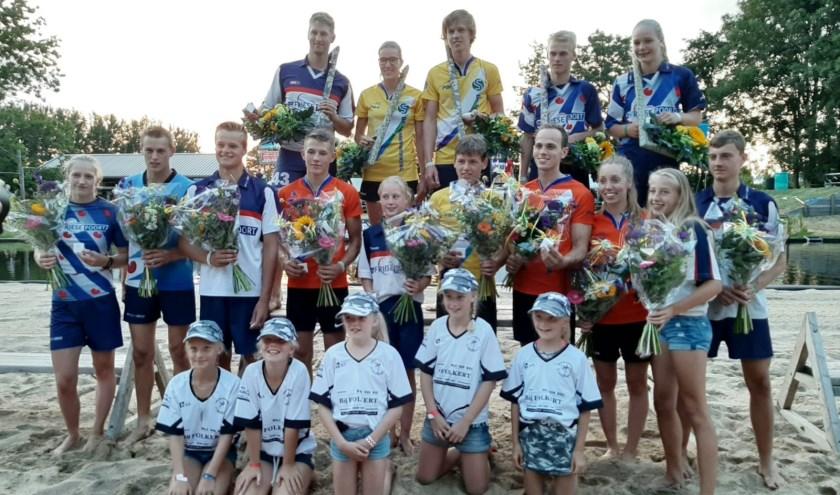 De winnaars van de Nationale Fierljep Manifestatie, met Reinier Overbeek uit Benschop en Dymphie Baas-van Rooijen uit Oudewater. (Foto: PBH)