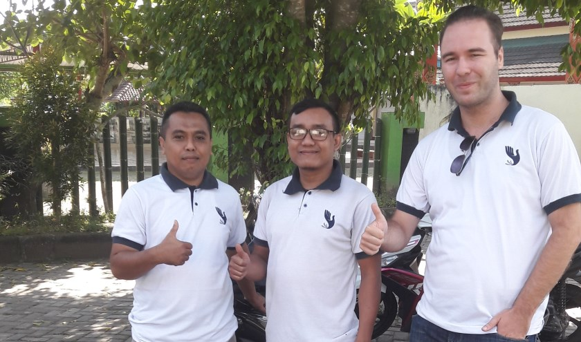 Nick (rechts) met twee medewerkers van HBLI bedanken voor de steun vanuit Nederland