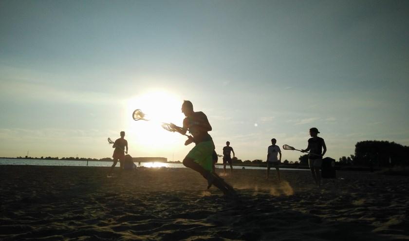 Zomerlacrosse op het strand aan de Binnenschelde bij ondergaande zon, levert mooie plaatjes op.
