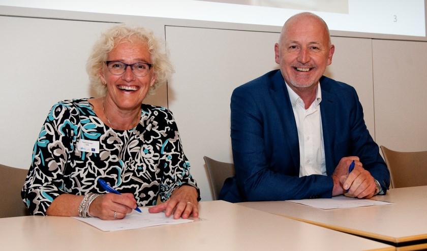 Lid college van bestuur HAN Yvonne de Haan en CWZ-bestuurder Gosse van der Veen tekenen het samenwerkingsconvenant.