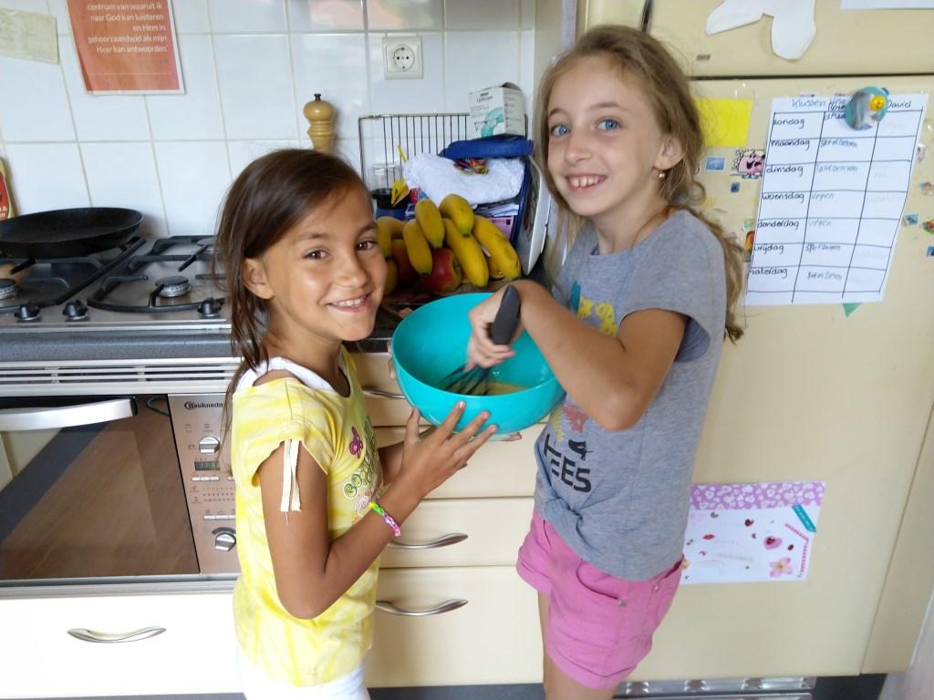 De logees van de familie Schippers vorig jaar, Rebeka Biro en Linda Domokos , vermaakten zich prima met het bakken van wentelteefjes.  © DPG Media
