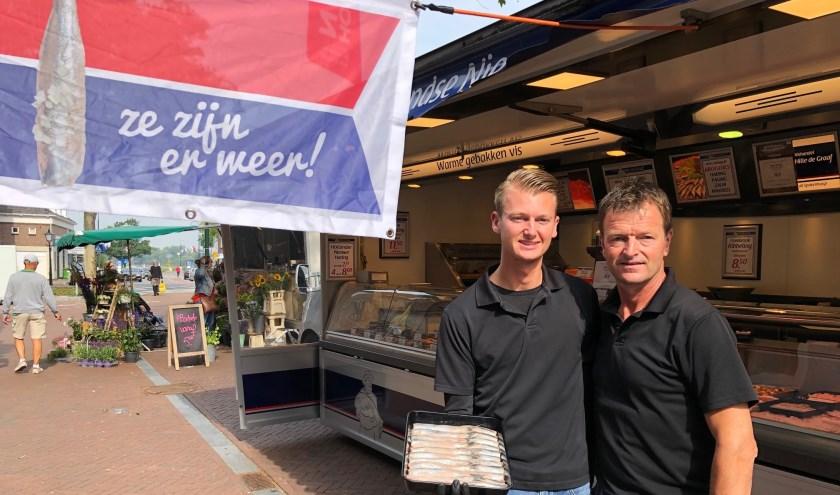 De vishandel van de weekmarkten in Rhenen, Elst en Opheusden is finanlist in de Nationale Haringtest! Op de foto Hille de Graaf met zijn zoon (Rutger) en tevens opvolger van de zaak.