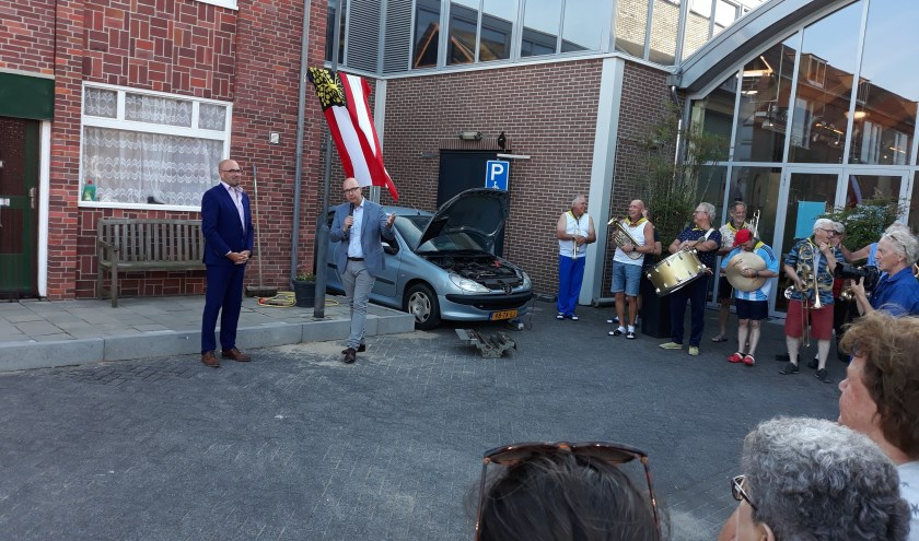 Met het onthullen van de straatnaam opende burgemeester Mikkers de voorstellin. Links directeur Jan van de Putten van de Verkadefabriek.