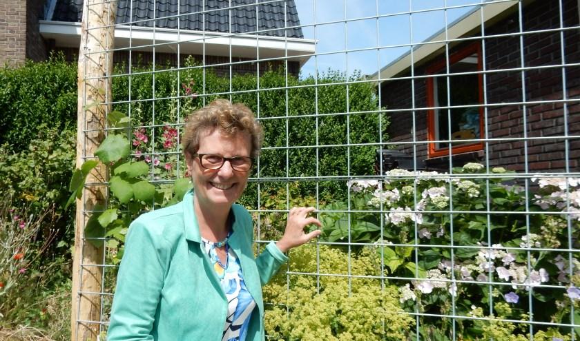 Gerda kijkt uit naar de diverse activiteiten die mogen plaatsvinden in de stilte- en ontmoetingstuin. Foto: Marit Nikerk