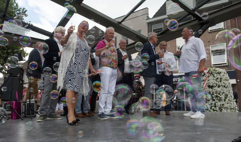 Feest op het muziekpodium Odeon in Huissen. Voorzitter Frank Jeurissen van de Vrienden van Huissen (rechts) is verheugd. (foto: Ellen Koelewijn)