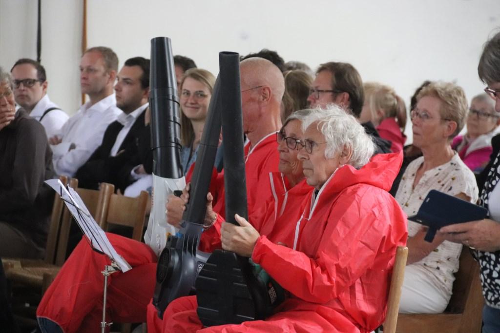 """De """"blad""""blazers hadden een plaats aan de zijkant om zo de muzikanten van Pieter Aafjes en Concordia te ondersteunen. Foto: Theo van Dam © DPG Media"""