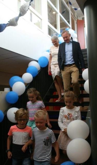 Directeur Noort wordt samen met zijn vrouw opgehaald door de kinderen.