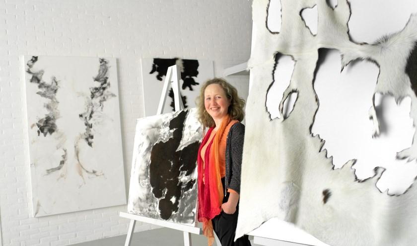 Sibyl Heijnen in haar atelier. Haar werk wordt nu geëxposeerd in het Voerman Museum Hattem. (foto: Voerman Museum Hattem)