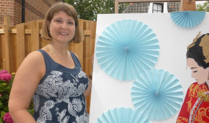 Diana Lammers uit Lochem bij één van haar 3-D schilderijen (foto: Corry Florijn)