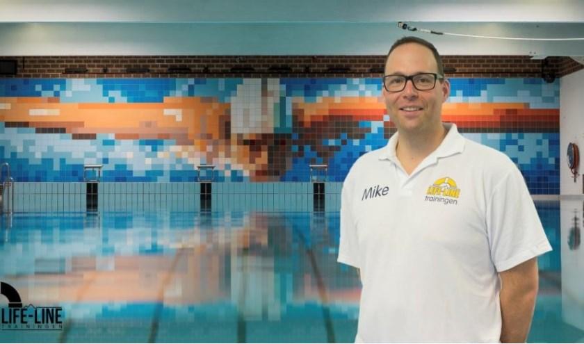 Mike Lehnkering combineert zijn passies zorgen en zwemmen door trainingen te geven ter voorkoming van verdrinkingen. (foto: PR)