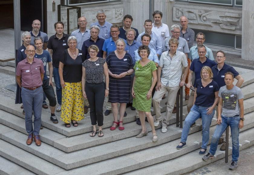 Auteurs en redactieleden van boekproject Verhaal van Gelderland, fotograaf R.U. Kleering van Beerenbergh van de provincie Gelderland