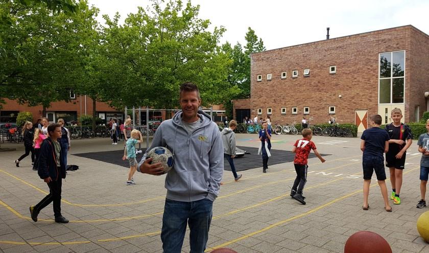Oud-voetballer Johan Voskamp heeft het goed naar zijn zin bij kinderopvang ZON!(foto: Stan Wagtman)