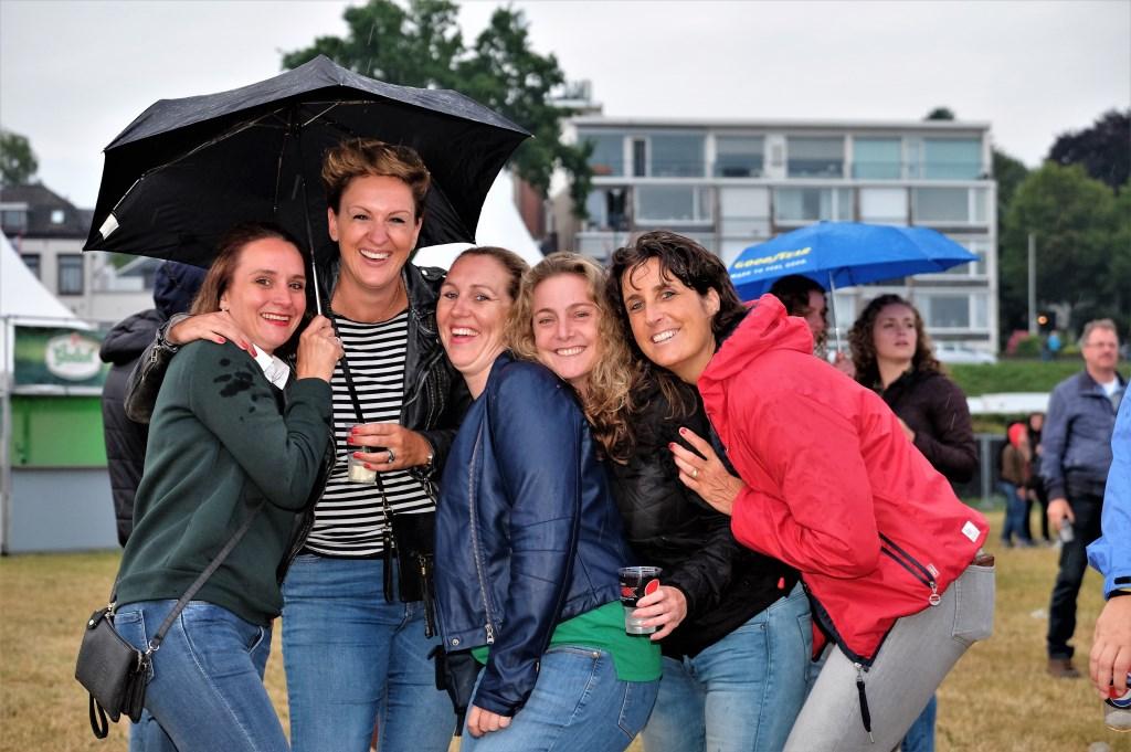 5 uitgelaten vriendinnen van Rhenense boodem  © DPG Media