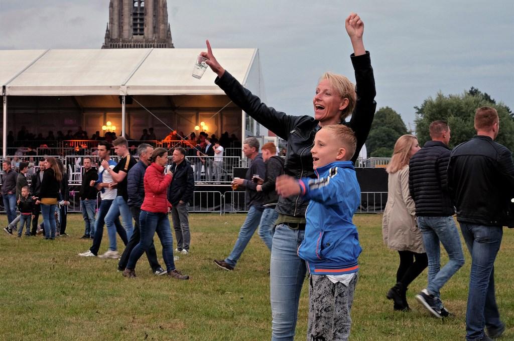 Joep van 8 samen met zijn moeder Karina Janssen uit Rhenen op de Rijnweek. (Foto: Max Timons)   © DPG Media