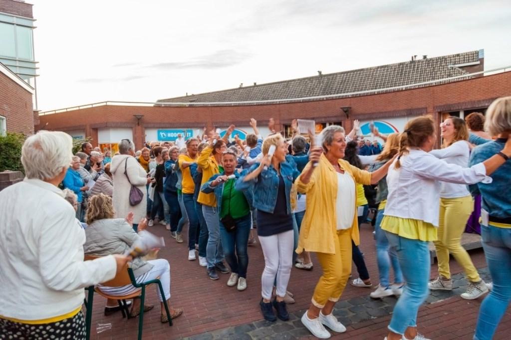 Tijdens de laatste medley was het feest zo groot, dat het koor het podium in polonaise verliet.  © DPG Media