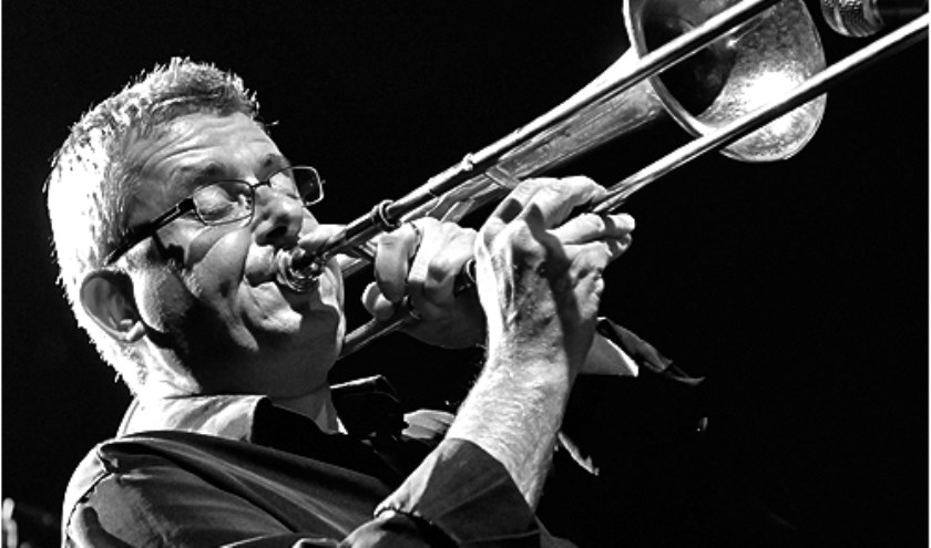 Naast dirigent van het KSW orkest is Bert Pfeiffer een zeer getalenteerde trombonist en componist. Hij arrangeert een deel van de muziek voor Reuring in het Reggedal.