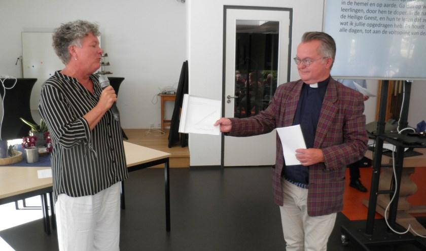 Pastoor Jaap van der Bie krijgt advies over toekomst Nicolaasparochie van Bernadet Albers. Foto Kees van Rongen