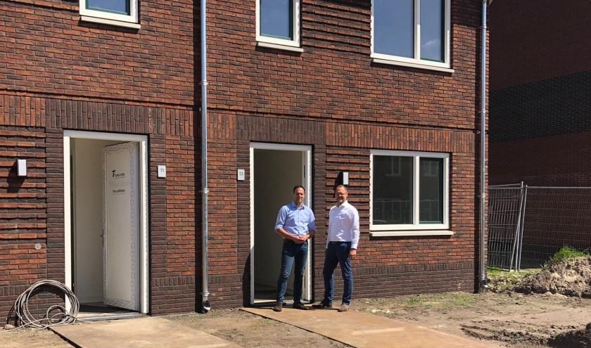 Wethouder Bart-Jan Harmsen en Robert van 't Oever bij de energie-neutrale woningen.