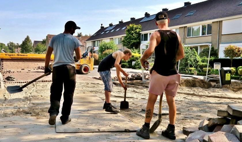 Stratenmakers in de Schimmelpennincklaan in actie met de stenentapijtlegger. Foto: Ton Heintz