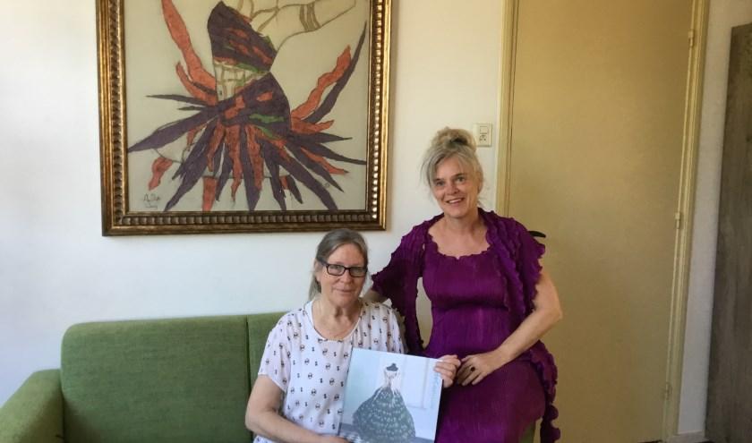Lies (links) en Agnes gekleed in een door haar ontworpen creatie van plissé: Fuchsia Dress. (Foto: DFP)