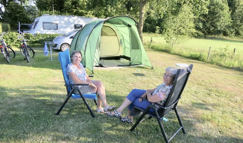Zussen Joke Hakvoort uit Monster en Lia Ribbers uit Papendrecht genieten op camping De Schaapskooi in Drunen van de rust en van elkaars gezelschap.