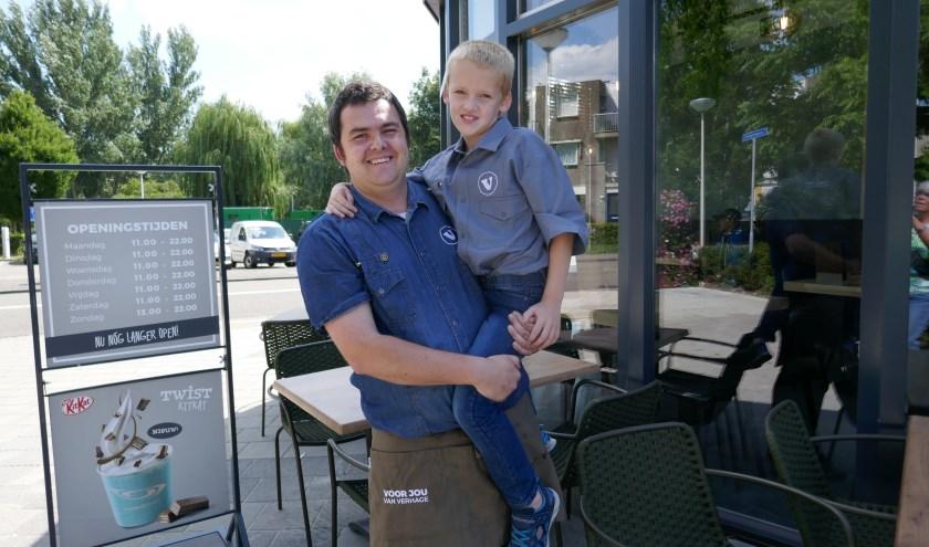 Ondernemer Thijs met zijn zoontje Quinten, óók al in een Verhage overhemd.