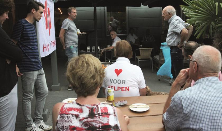 Na afloop was er een hapje (van de bbq) en een drankje bij de familiekerk De Nieuwe Hoop aan de Reeweg in H.I.Ambacht.