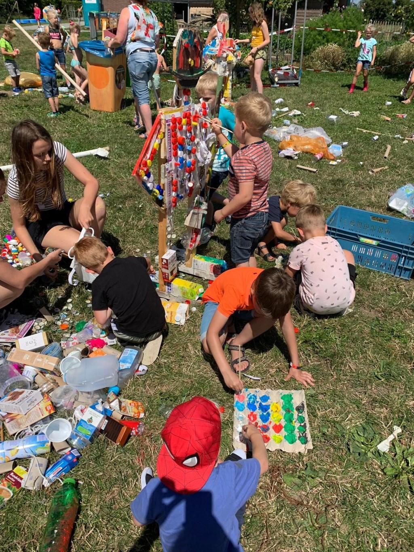 Kinderen maken een kunstwerk van afvalproducten  © DPG Media