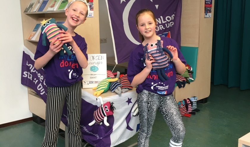 Mila & Lou, de kinderambassadeurs van de Kinderloop, een onderdeel van de Samenloop voor Hoop Hengelo, verkopen de knuffels. Eigen foto