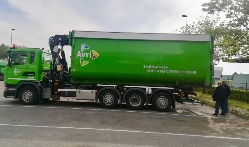 Deze nieuwe wagens van de Avri die de ondergrondse afvalcontainers komen legen zijn te zwaar en te groot voor de straten in Lingemeer.