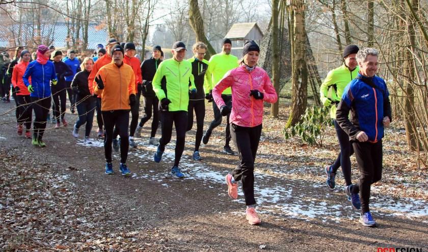 Met z'n allen achter Marti ten Kate aan tijdens de clinins in voorbereiding op de Enschede Marathon. Foto: PSDesignfotografie