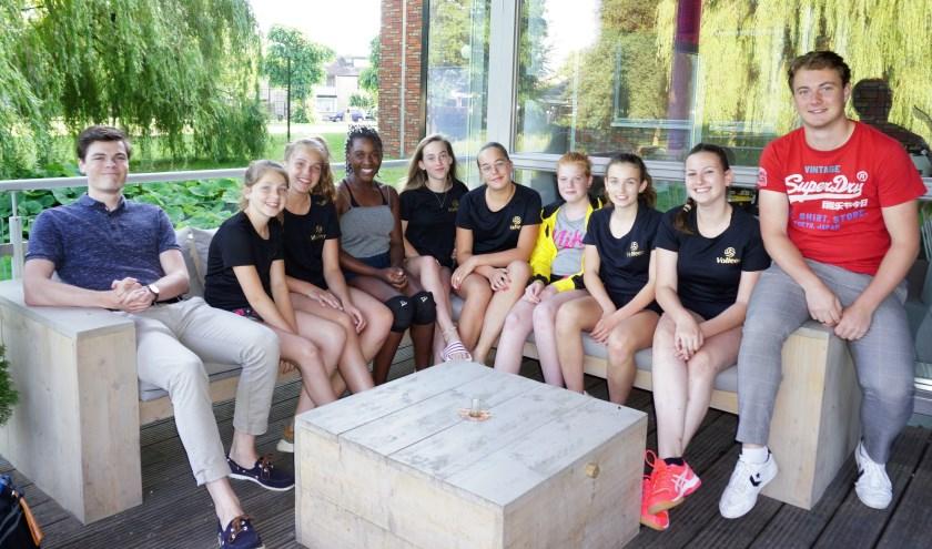 De meiden van Meisjes B1 van Volleer met hun trainers. Tom de Leeuw zit helemaal rechts.
