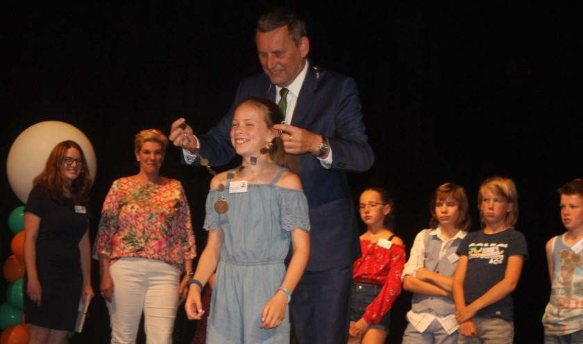Rosanna Lohuis is de eerste kinderburgemeester van Aalten. Ze kreeg een echte ambtsketen omgehangen door burgemeester Anton Stapelkamp.