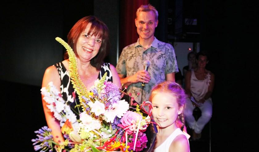 Marian Duistermaat - Kappert ontving van haar kleindochter Roos Meijer de bloemen. In het midden René Trekop. (Foto: Arjen Dieperink)