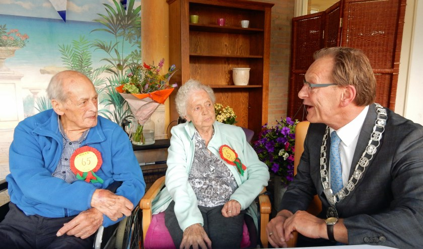 De heer en mevrouw Van Hezik zijn verrast door de komst van burgemeester Koos Janssen op hun 65ste huwelijksdag. Foto en tekst: Asta Diepen Stöpler